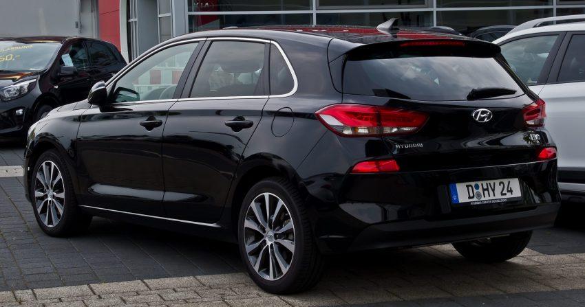 Heckansicht eines schwarzen Hyundai i30