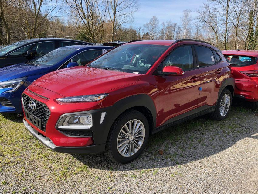 Hyundai Kona in rot (Frontansicht)