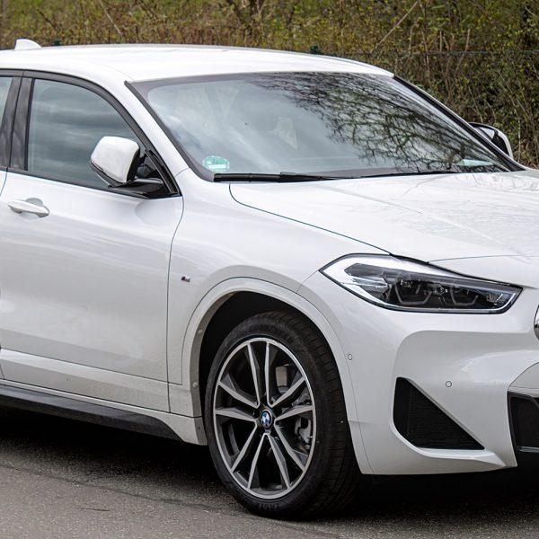 Frontansicht eines weißen BMW X2