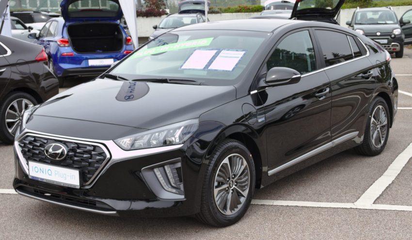 Frontansicht eines schwarzen Hyundai Ioniq Plug-in
