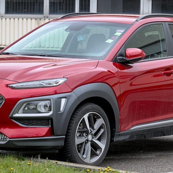 Frontansicht eines roten Hyundai Kona