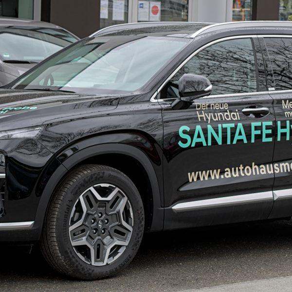 Frontansicht eines schwarzen Hyundai Santa Fe