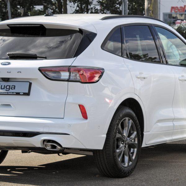 Heckansicht eines weißen Ford Kuga '20