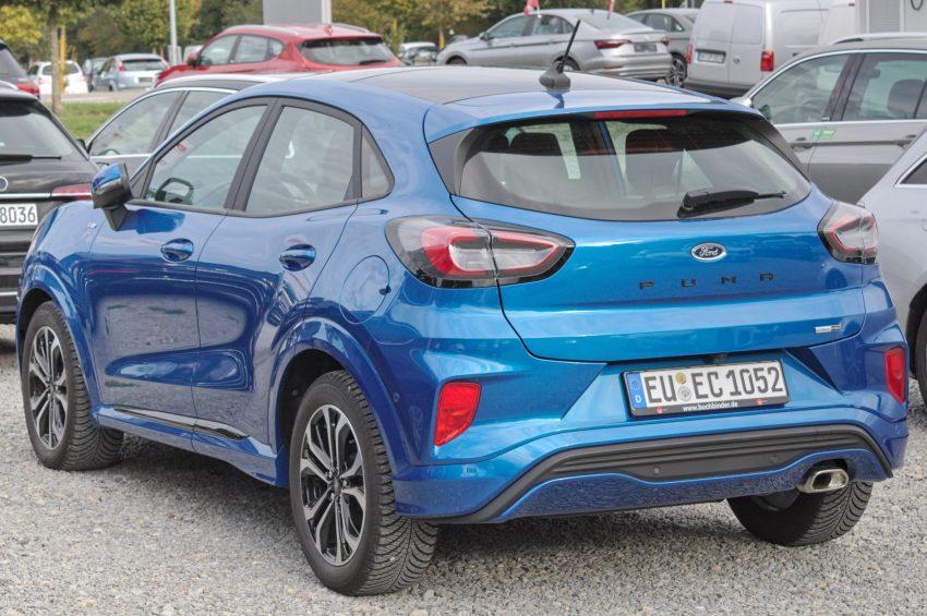 Heckansicht eines blauen Ford Puma
