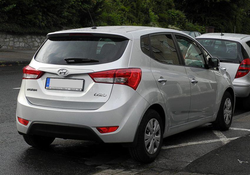 Heckansicht eines silbernen Hyundai ix20