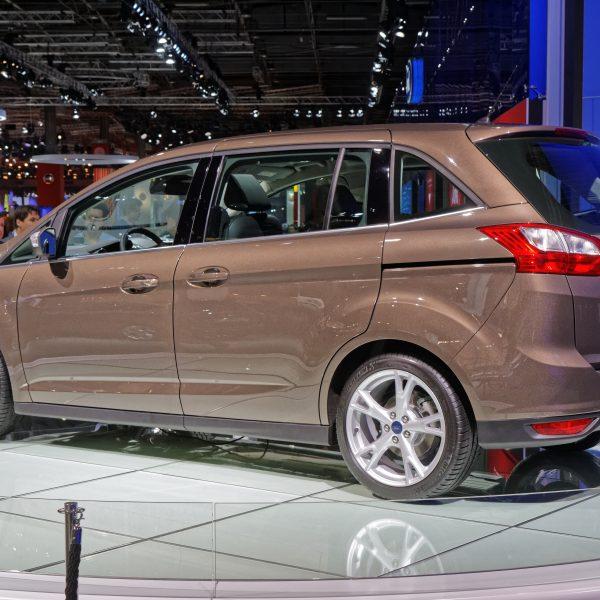 Heckansicht eines bronzefarbenen Ford C-Max