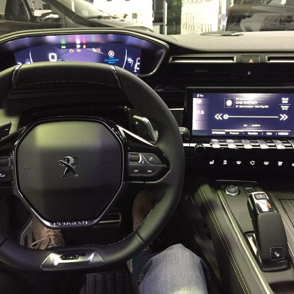 Peugeot Infotainment Cockpit Bildschirm