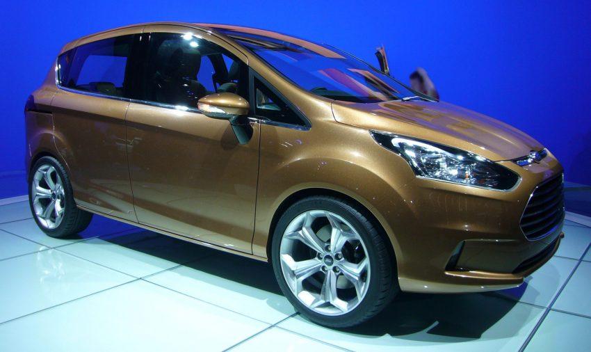 Seitenansicht eines bronzefarbenen Ford B-Max