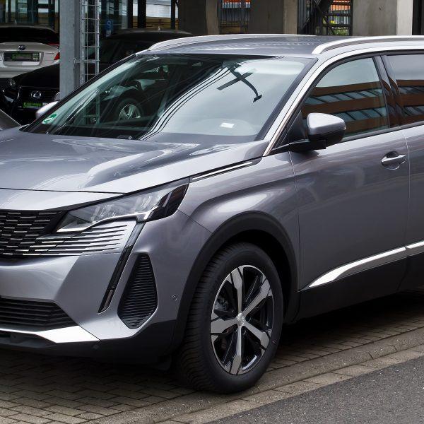 Frontansicht eines grauen Peugeot 5008 Facelift