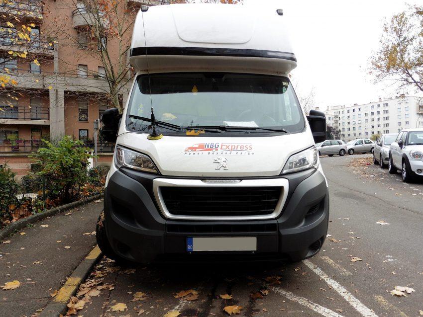 Frontansicht weißer Peugeot Boxer