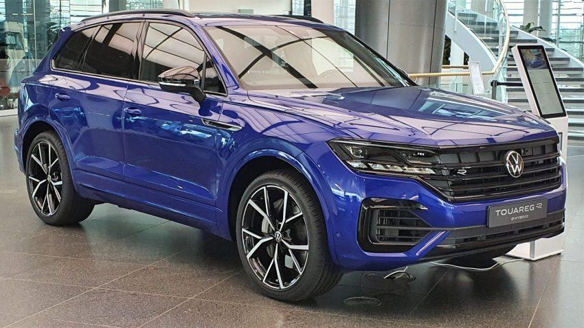 Frontansicht blauer VW Touareg R
