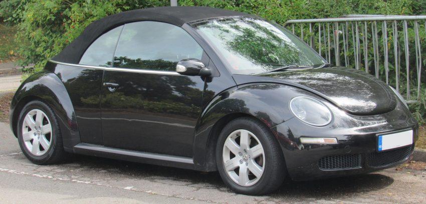 Seitenansicht schwarzer VW New Beetle Cabrio